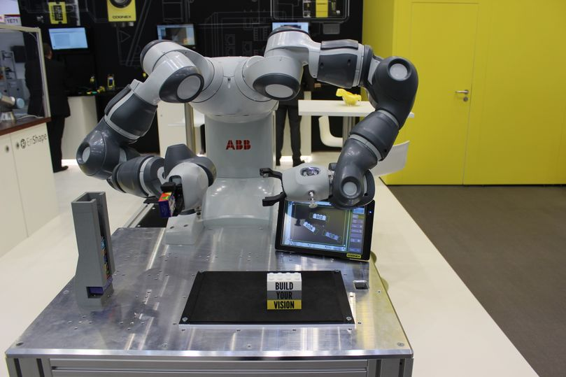 abb vision guided robot assembling blocks at tradeshow booth