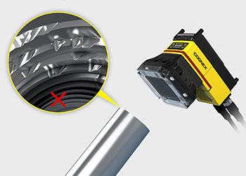 Sistema de visión inspeccionando la rosca de tornillo en busca de defectos