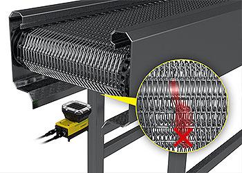 In-Sight D900은 하부에서부터 컨베이어 벨트를 검사하여 체인에 결함이 없는지를 확인합니다.