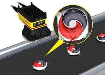Um In-Sight D900 inspeciona cápsulas de detergente para roupas procurando defeitos e outras imperfeições indesejáveis na linha de produção