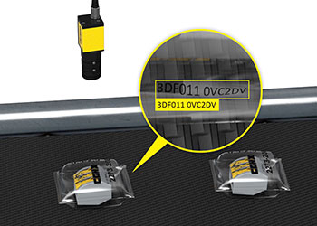 Un système de vision basé sur le Deep Learning inspecte les codes sur des emballages souples à mesure qu'ils défilent sur le convoyeur.