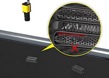 Sistema de visão inspecionando lâminas de barbeador em busca de defeitos