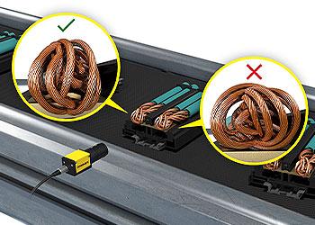 Sistema de visión inspeccionando cable trenzado en un componente eléctrico
