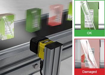 In-Sight D900 は、ジュースボックスを検査して、付属のストローから潜在的な欠陥を見つけます。