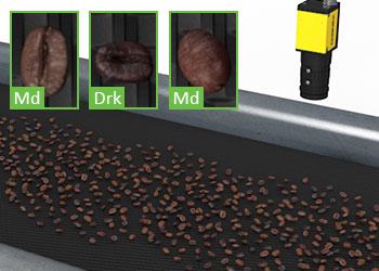 Sistema di visione che classifica i chicchi di caffè su un nastro trasportatore