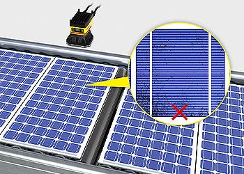 Sistema de visão inspecionando painéis solares em busca de defeitos