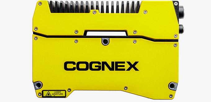 El In-Sight 3D-L4000 es una cámara inteligente amarilla con un sensor de desplazamiento láser para inspecciones 3D