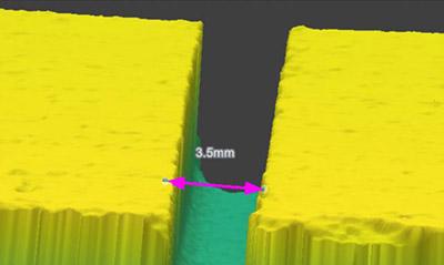 Las herramientas de visión de borde y medición 3D se pueden combinar para obtener una medición rápida del espacio entre objetos de una pieza.